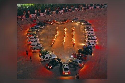 Vieno kinų autoklubo nariai šitaip pagerbė per žemės drebėjimą žuvusių aukų atminimą.