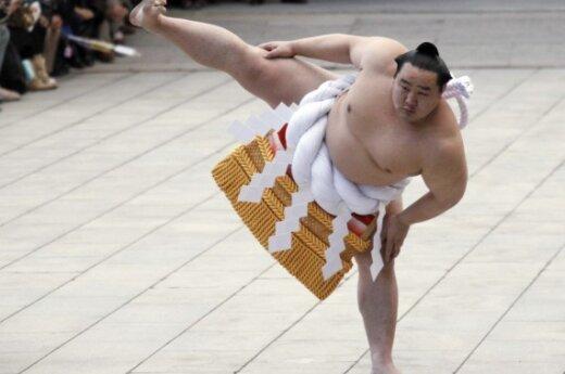 Сумоист Йокозуна Ассашориу выступает в Токио