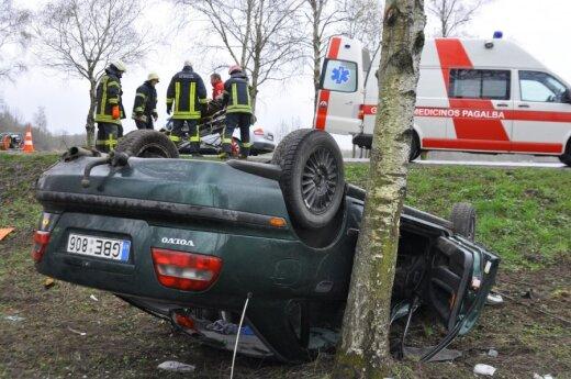В Кретингском районе в дерево врезался автомобиль Volvo