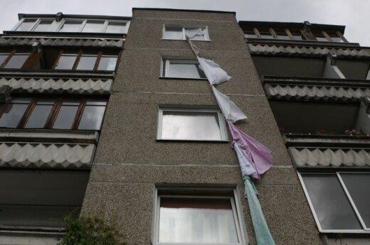 Женщина пыталась спуститься с пятого этажа по связанным простыням