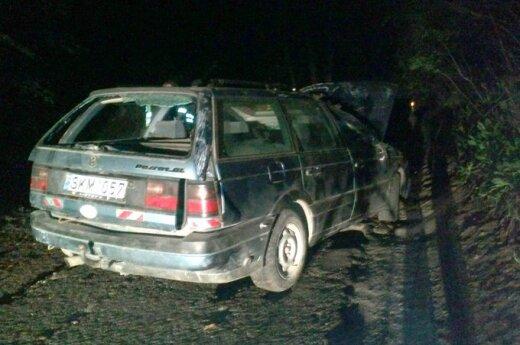"""Naktinis pasivažinėjimas po Vilnių: """"VW Passat"""" trenkėsi į medį ir apsivožė"""