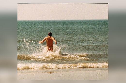 Vyras nuogas maudosi Baltijos jūroje