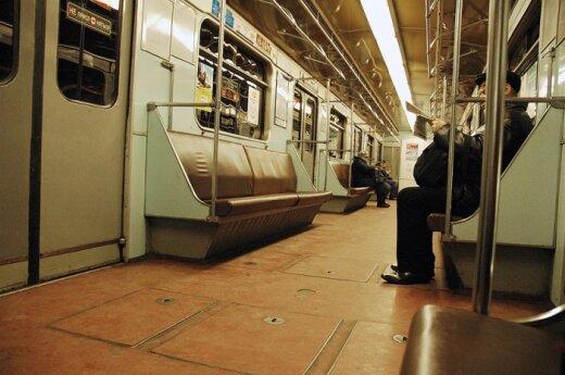 Петербург: мужчина спал на путях метро, пока над ним ездили поезда