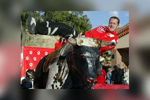 """""""Formulė-1"""" pasaulio čempionas M. Šumacheris Ispanijoje išbandė savo laimę kaip mechaninio jaučio tramdytojas."""