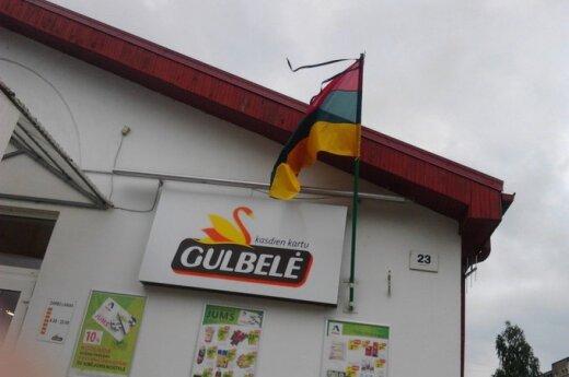 Svarbią dieną vėliavą iškėlė aukštyn kojom