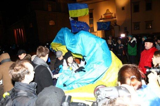 """В Вильнюсе Януковича встретили протестом """"EuroMaidan"""""""