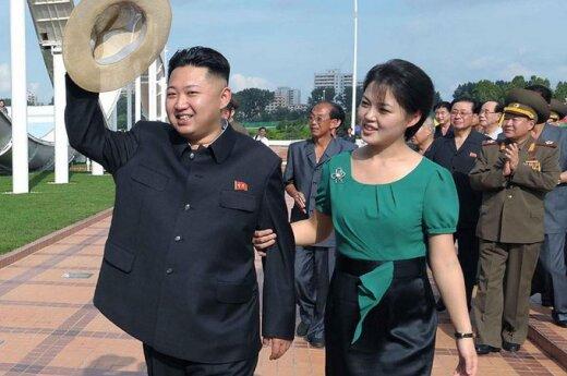 Šiaurės Korėjos vadovas Kim Jong Unas (Kim Čen Unas) ir jo žmona Ri Sol Ju (Li Sol Džu)