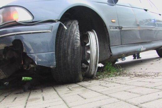 В Клайпеде неуправляемый BMW остановился только у металлического забора