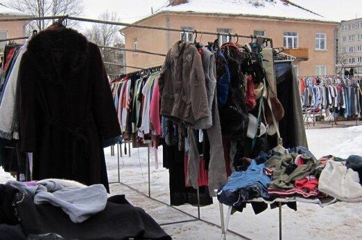 Разочарованные матери покупают детям поношенную одежду