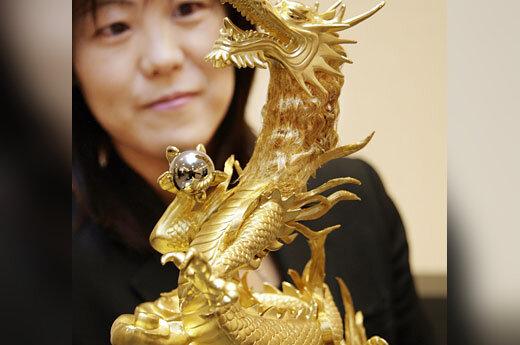 300 tūkst. JAV dolerių kainuojanti gryno aukso ir platinos drakono skulptūra.
