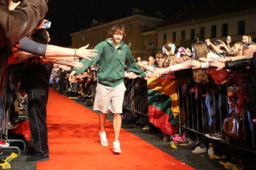 Crowd welcomes Lithuanian basketball team in Vilnius