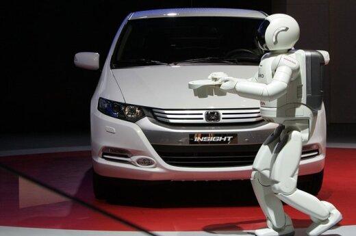 """Ženevos automobilių parodoje """"Honda"""" stendą pristato robotas Asimo"""