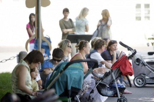Vyriausybės siūlymas mamoms: 100 proc. atlyginimo metus arba 70 proc. ir 40 proc. – dvejus metus, lubos – iki 2,5 tūkst. Lt (atnaujinta 15.35)