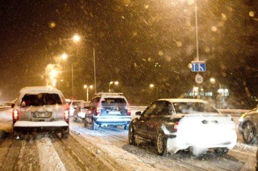 Условия движения усложняет снег и туман