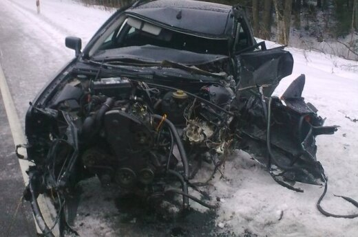 В Варенском районе столкнулись грузовик и Audi, водителя спасали пожарные