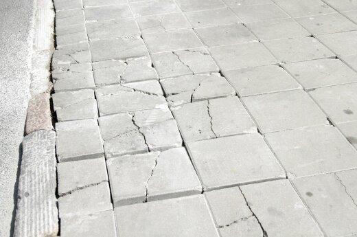 Каунасцы разгневаны: потрескалась совершенно новая тротуарная плитка