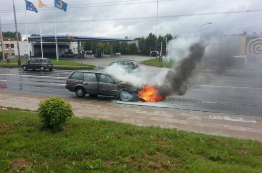 Vilniuje užsidegusį automobilį pamatę žmonės ėmė skambučiais atakuoti pagalbos centrą