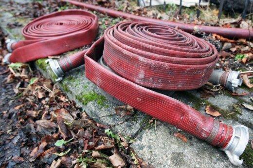Be apsauginės aprangos dirbę ugniagesiai pademonstravo didžiulę drąsą