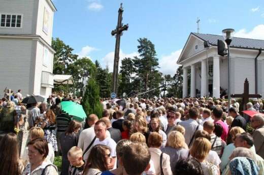 Успение: верующие собираются в храмах