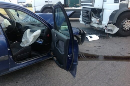 Легковушка столкнулась в лоб с остановившимся грузовиком