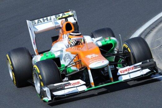 "Nico Hulkenbergas su ""Force India"" komandos automobiliu"