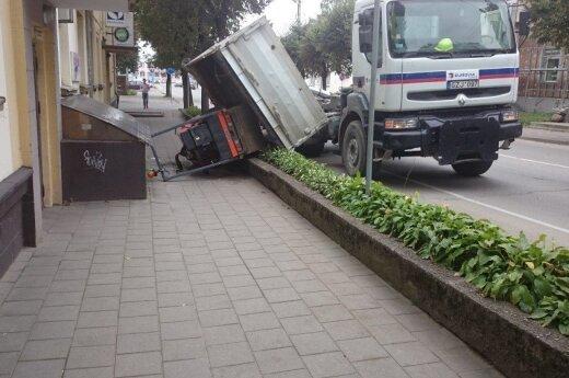 Krovininis automobilis pametė vežamą techniką