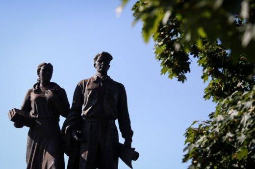 Experts postpone discussion on Soviet bridge sculptures in Vilnius