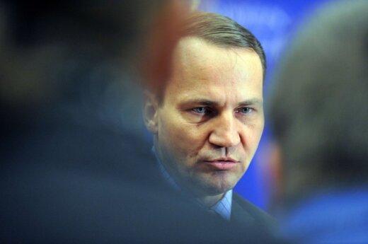 Sikorski: Rosjanie boją oddać wrak, bo Macierewicz znajdzie na nim ślady bomby atomowej