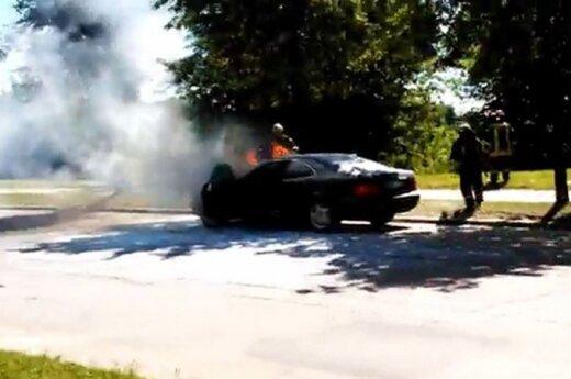 """Sostinėje iš važiuojančio """"Mercedes-Benz"""" ėmė virsti dūmai, vos sustojus pliūptelėjo ir ugnis"""