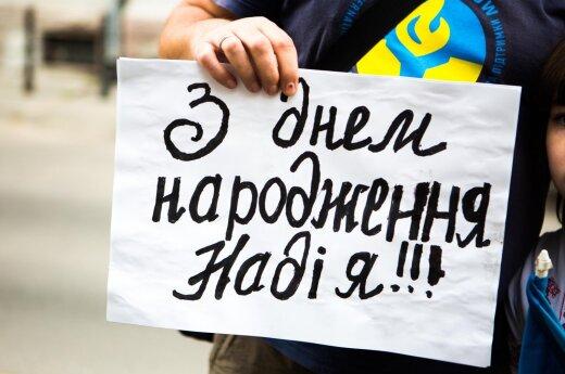 Российская беженка у посольства Украины в Литве: с днем рождения, Надя!