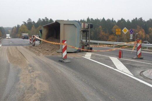 Vilniaus pakraštyje apvirtus sunkvežimiui, vairuotojo vaduoti iškviesti ugniagesiai