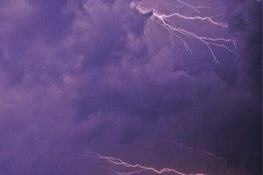 В небе над Сочи в пассажирский самолет ударила молния