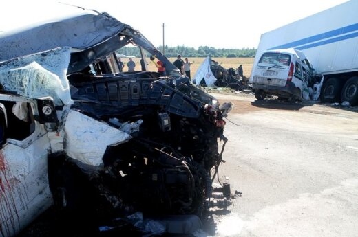 """Kraupi avarija kelyje """"Via Baltica"""": susidūrė 5 automobiliai, iš jų ištraukti žuvusiųjų kūnai"""