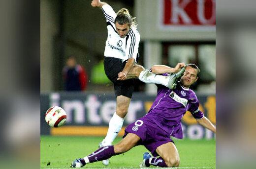 """UEFA taurės rungtynėse po Varšuvos """"Legia"""" ekipos žaidėjo Mareko Saganowski (kairėje) smūgio ir kliuvo Vienos """"Austria"""" futbolininkui Ernstui Dospeliui"""