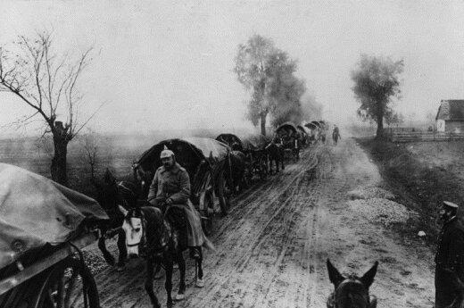 Vokiečių vežimų virtinės traukia begaliniais Rytų keliais