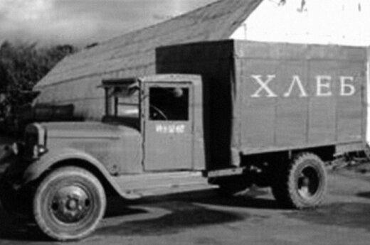 """Dar niekas nebuvo girdėjęs apie tokio pobūdžio nacistų nusikaltimus, o SSRS NKVD Maskvos srities šaudytojų grupės vadovas Isajus Bergas jau 1937–1938 m. išgarsėjo sukūręs automobilį """"dušegubką"""" (sielų žudikę), kuriame nuteistieji buvo žudomi automobilio i"""