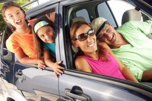 Šeima automobilyje (asociatyvi nuotr.)