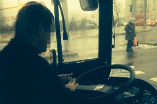 Autobusų vairuotojų kuriozai: vairuodami daro manikiūrą ir žaidžia sudoku