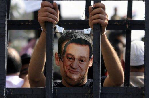 Protestuotojas su Hosni Mubarako kauke