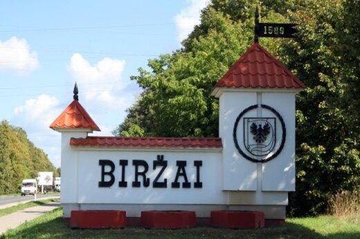 W Birżach nie udało się usunąć sowieckiego napisu na pomniku