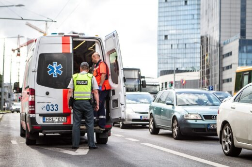 Vilniuje susidūrė motociklas ir automobilis, sužalotas jaunas vyras