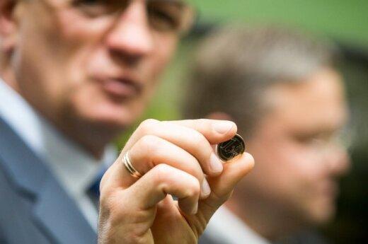 PM Algirdas Butkevičius shows off euro coins