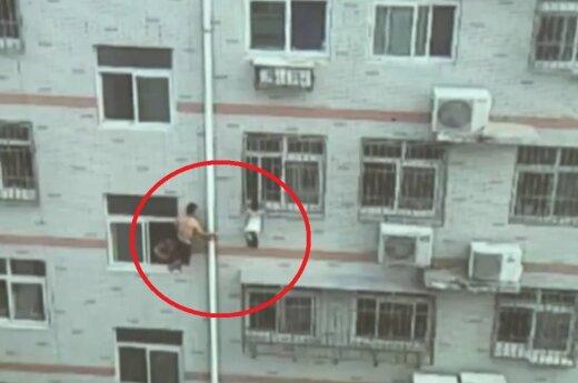 Mężczyzna z mopem ratuje dziewczynkę