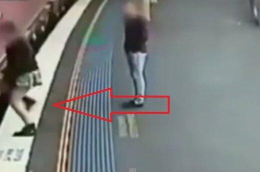 Dziewczyna wskoczyła do pociągu