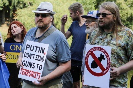 """Akcja protestu """"Putinie, nie wysyłaj broni terrorystom!"""". Zaproszony Tomaszewski nie pojawił się"""