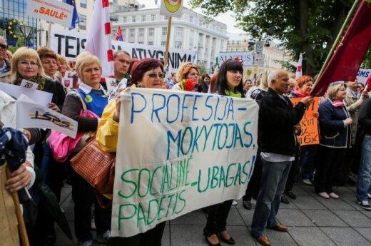 Протестующие учителя требуют улучшения условий труда