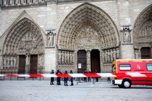 Nusišovė Paryžiaus katedroje