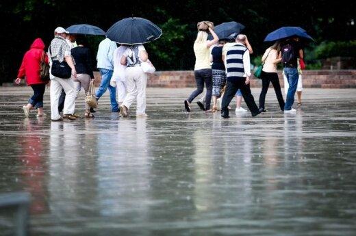W Warszawie ulewne deszcze zalały ulice i stacje metra