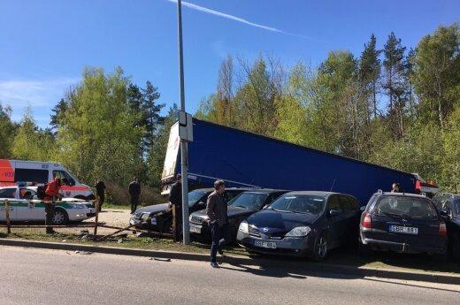 Около Maxima bazė тягач с полуприцепом снес ограждения и выехал на автостоянку