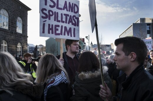 Митинг за отставку премьера Исландии собрал тысячи человек